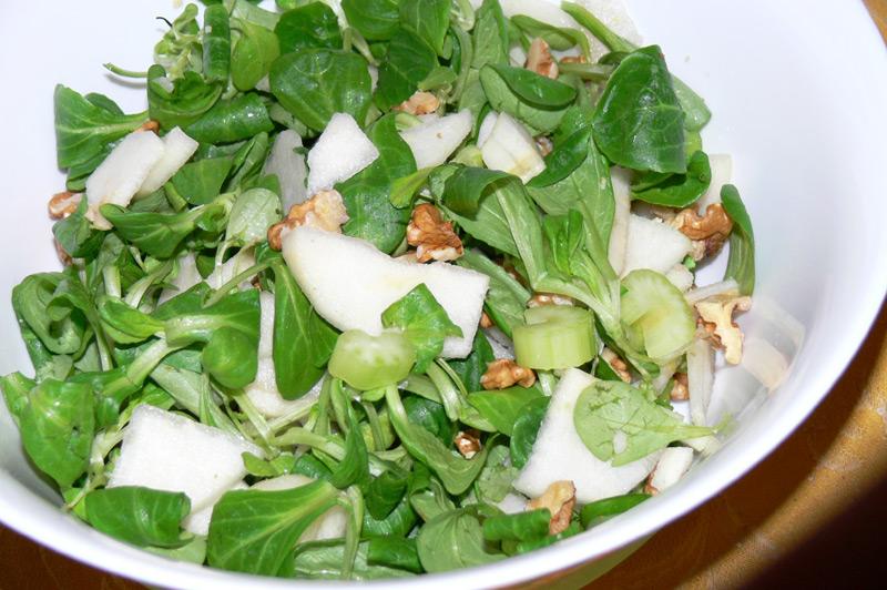 Insalata verde con scorze limone e noci