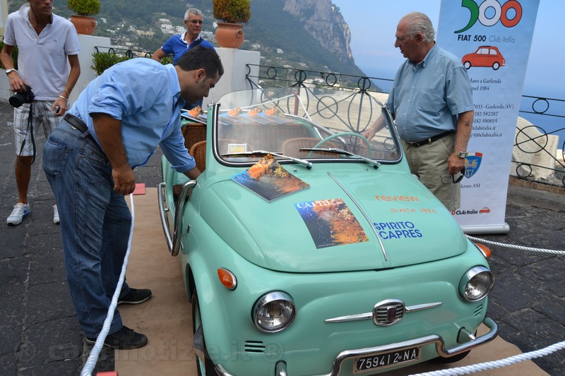"""""""In 500 tra Faraglioni e Grotta Azzurra"""" si apre a Capri il sesto raduno delle Fiat 500 d'epoca"""