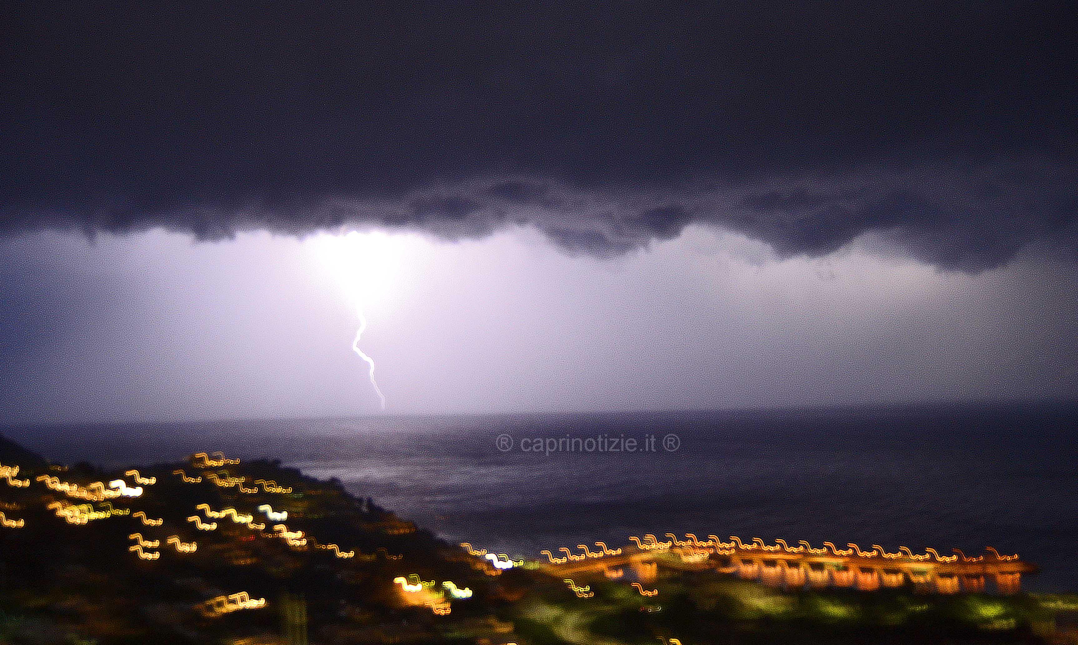 Capri, notte di pioggia e lampi, le foto