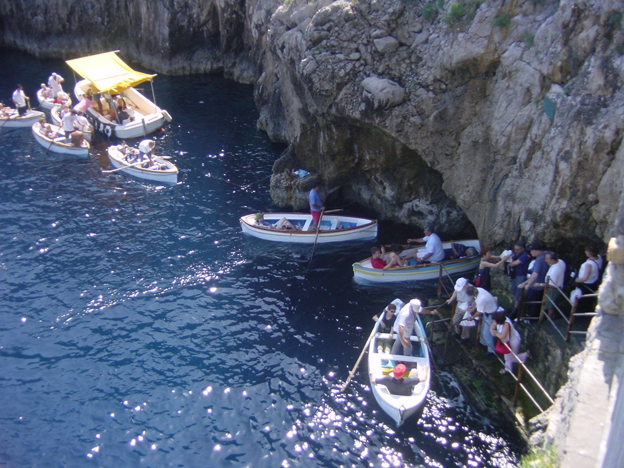Capri, la pubblicita' dinanzi la grotta azzurra sponsor cercasi