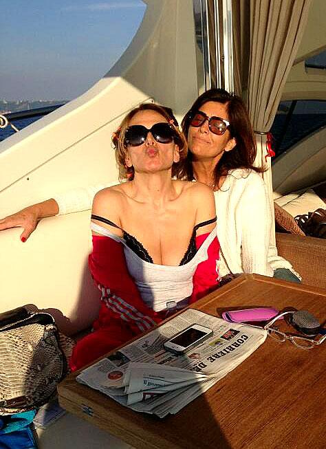 Vip a Capri: Barbara D'Urso in grande forma i suoi scatti in barca