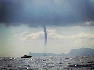 Spettacolare tromba marina al largo di Capri