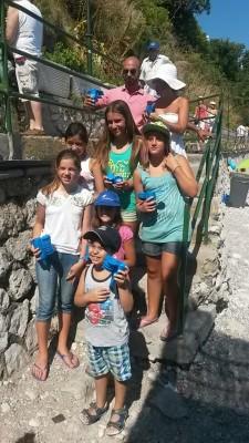 Volontari e Ambiente: Distribuiti sulla spiaggia di Capri centinaia di posaceneri ecologici
