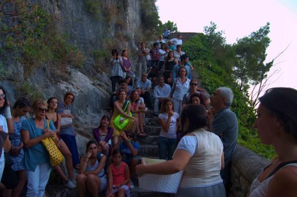 """Grande successo per la """"Scala nella roccia"""" passeggiata teatralizzata lungo la scala Fenicia"""