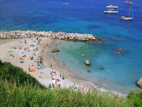 """""""La spiaggia non é un posacenere"""" distribuzione gratuita di posacenere sulla spiaggia di Marina Grande"""