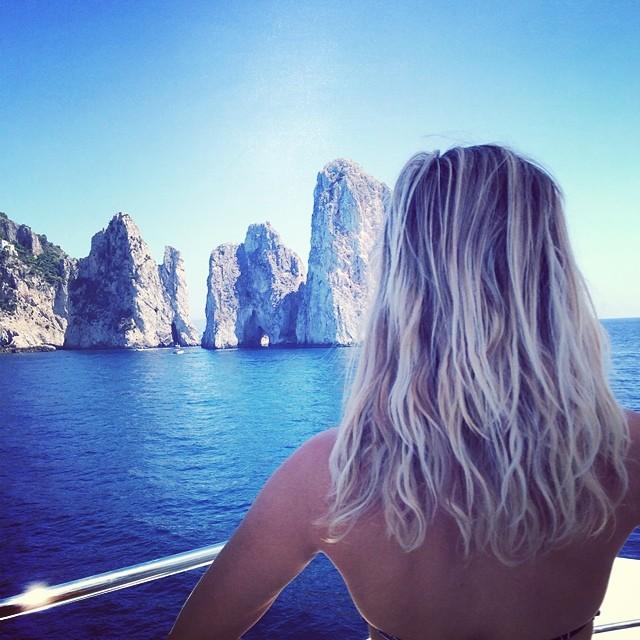Reese Witherspoon condivide con un scatto sexy il primo tuffo a Capri