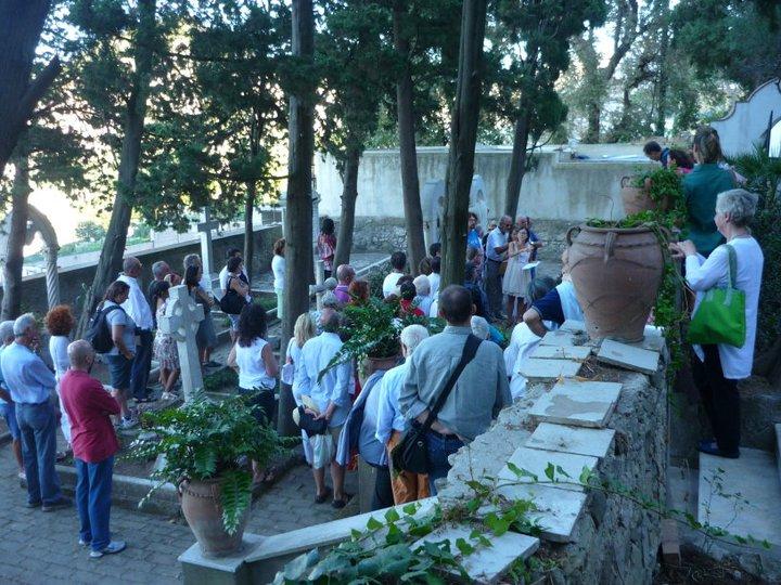 """Capri.""""Voci dal Giardino della Memoria"""" lo spettacolo teatrale di Nesea Capri dal Cimitero Acattolico"""