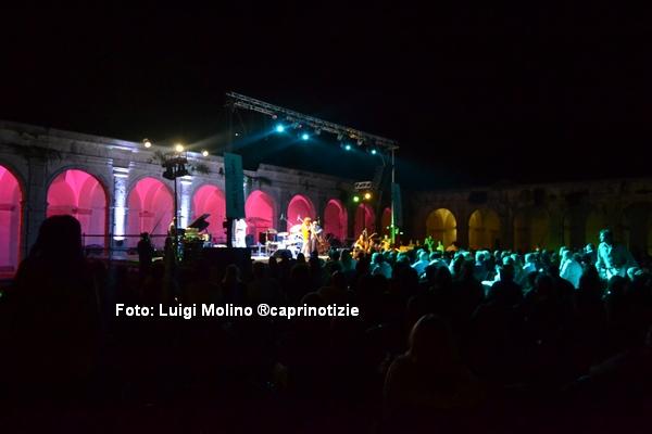 """Tullio de Piscopo infiamma il pubblico del """"Jazz in Capri"""" 1200 persone al ritmo della sua batteria"""