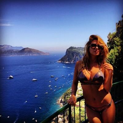 Rodica Miron, la stravagante  showgirl della tv Rumena, vacanza con selfie a Capri