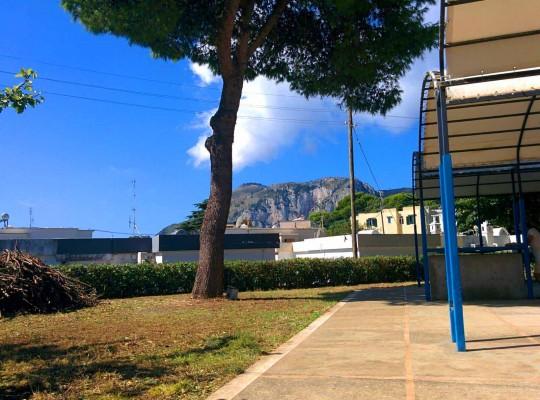 """I Volontari ripuliscono le aree esterne della scuola elementare """" Giuseppe Salvia"""" Tiberio"""