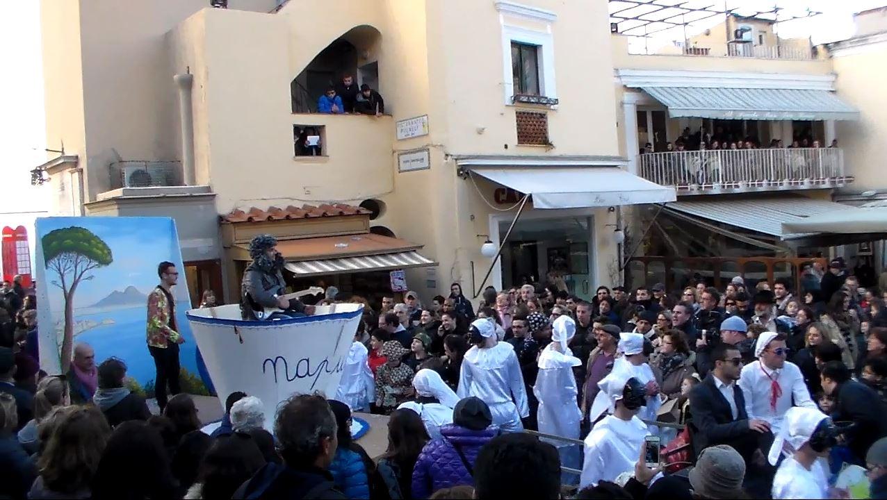 Carnevale a Capri 2015: La sfilata dei carri allegorici in piazzetta (VIDEO)