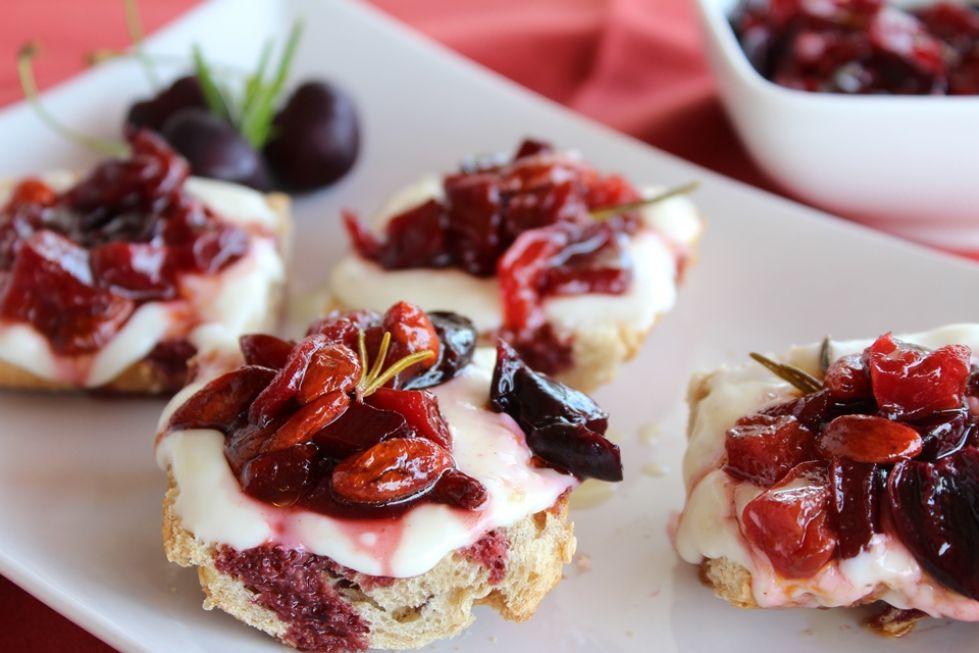 Aperitivo Caprese:  Crostini di ciliegie  prosciutto e Fiordilatte