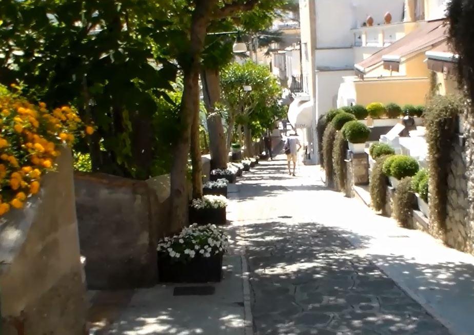 Capri: Il Capri Tiberio Palace adotta le aiuole di via Croce con eleganti fioriere (VIDEO)