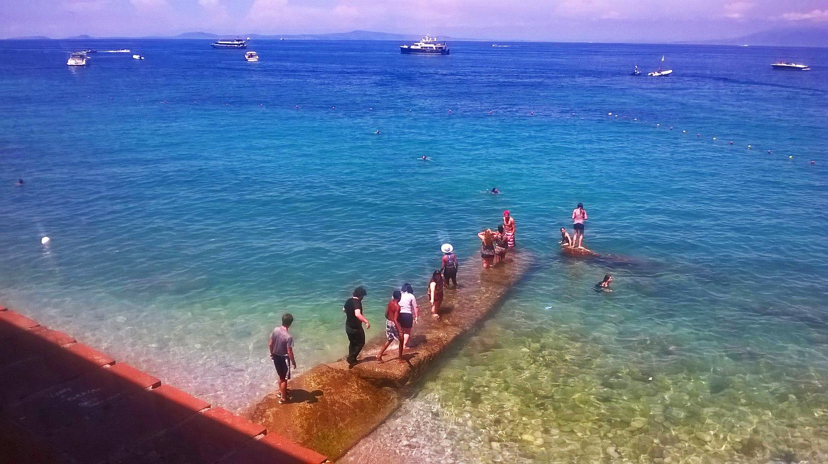 Capri: Turisti inglesi simulano i Beatles e fanno il bagno con i vestiti (FOTO)