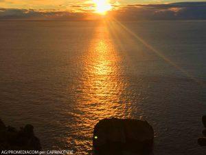 Il risveglio di Capri, l'alba dell'isola dal Monacone e dai Faraglioni (VIDEO)