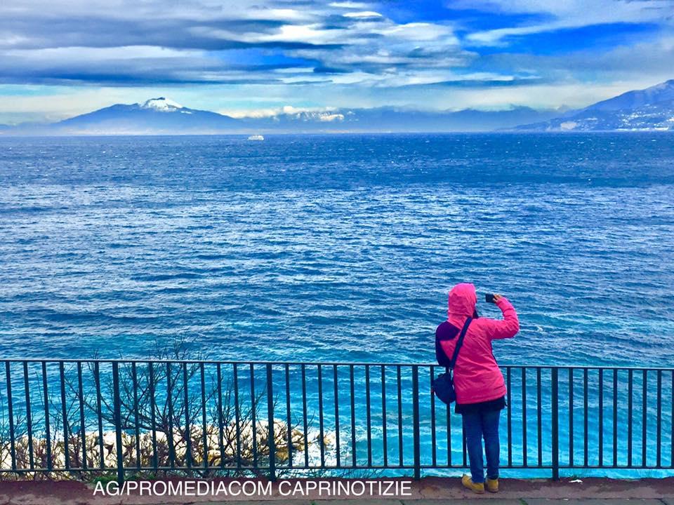 Da Capri le straordinarie immagini del Vesuvio e dell' Appennino Campano innevato (VIDEO)