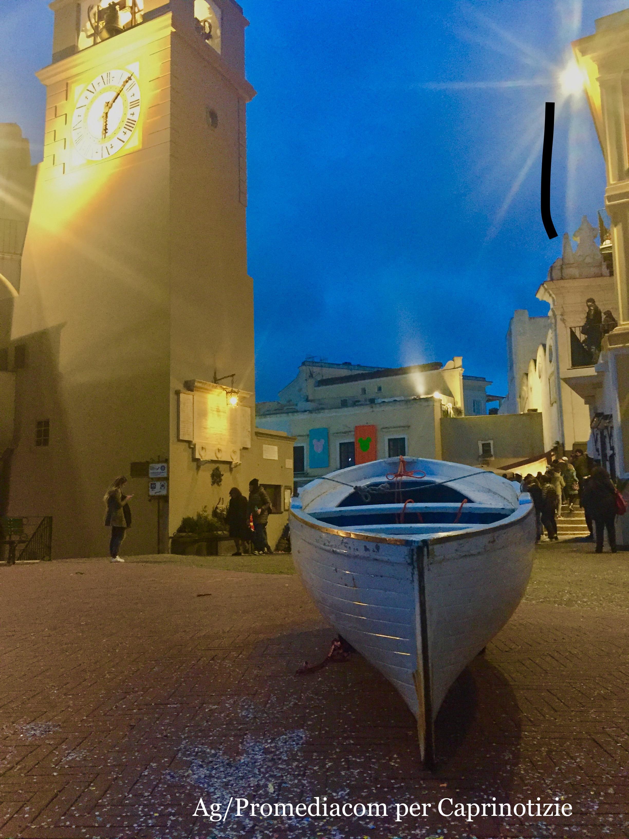 La barchetta  di Capri che scappa dal porto e sale in Piazzetta
