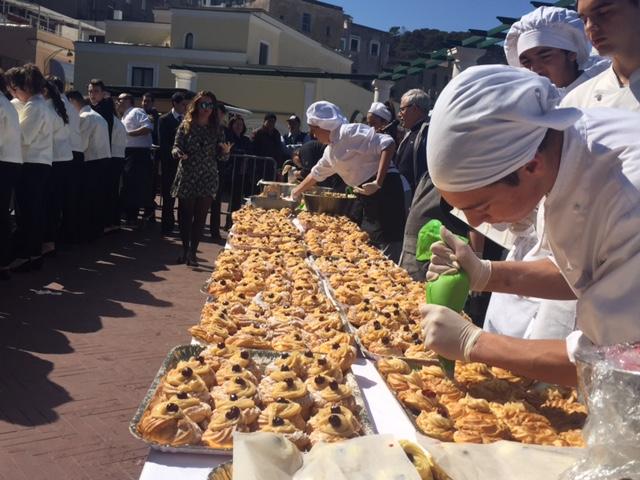 Capri. Tutte le foto della zeppolata in piazzetta 2017
