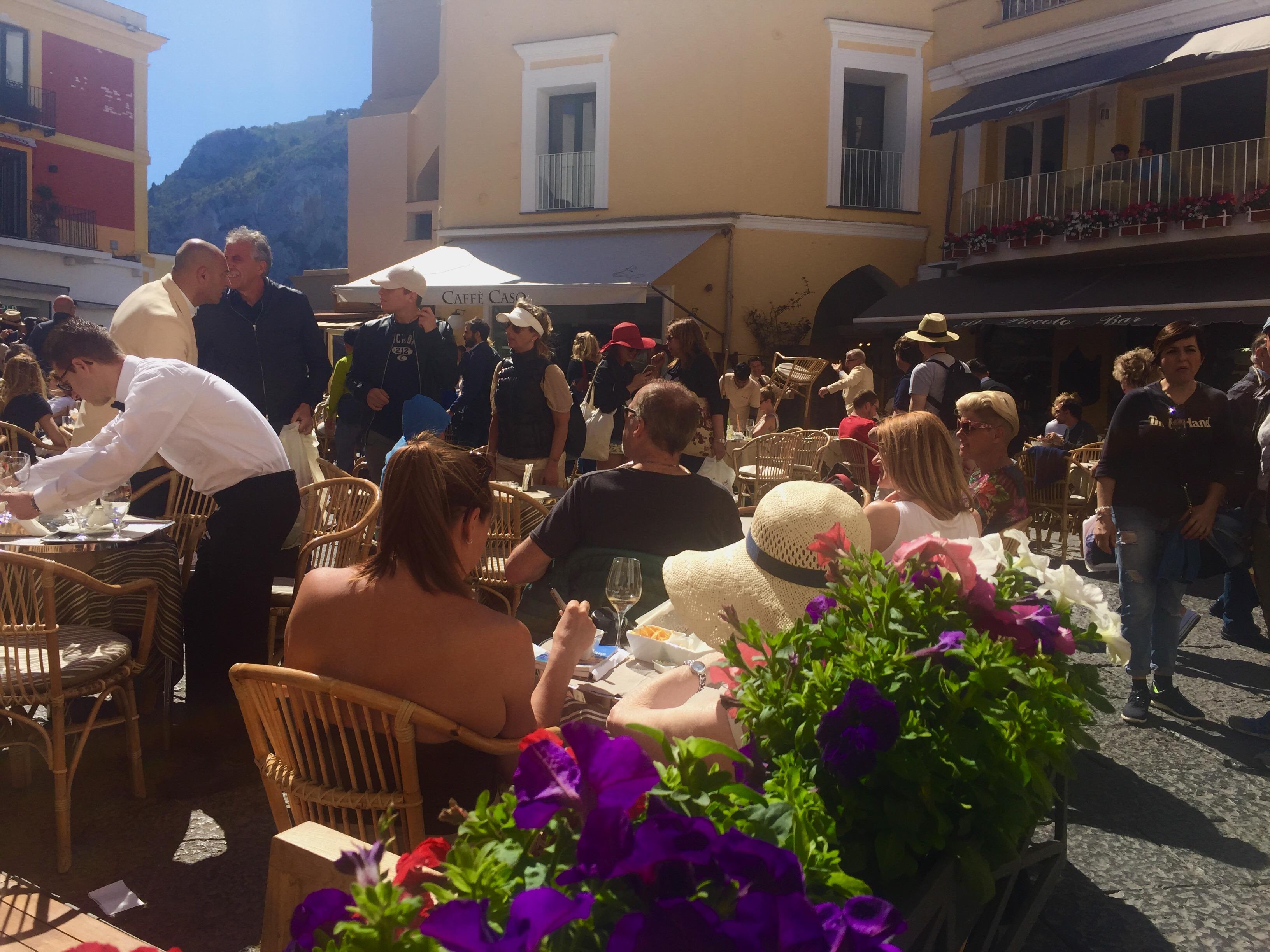 Capri. Pienone per il Ponte del 1 Maggio, tanti i Vips avvistati in Piazzetta