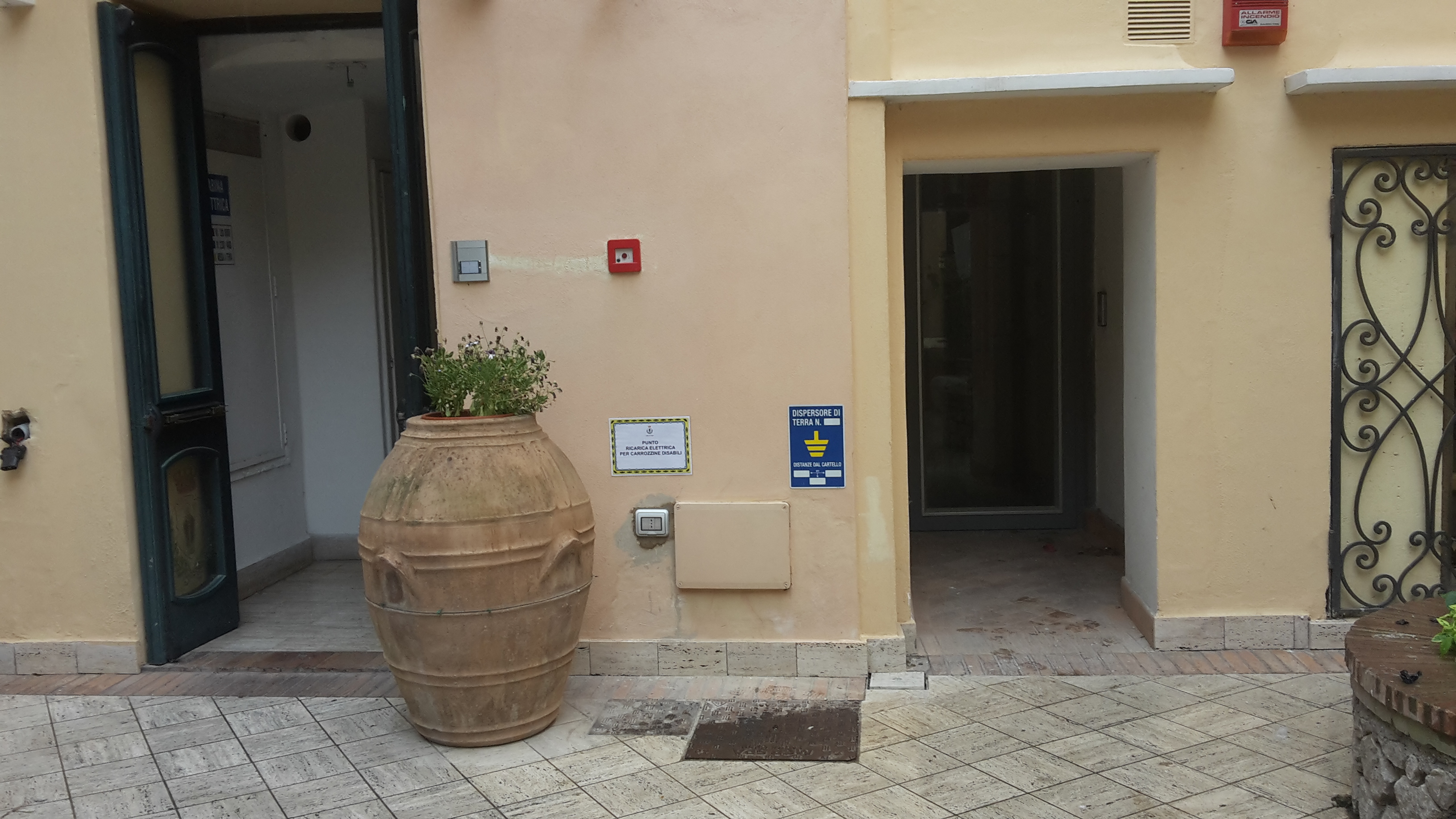 Capri. Installato nell'atrio del Comune il punto di ricarica per le carrozzine dei diversamente abili