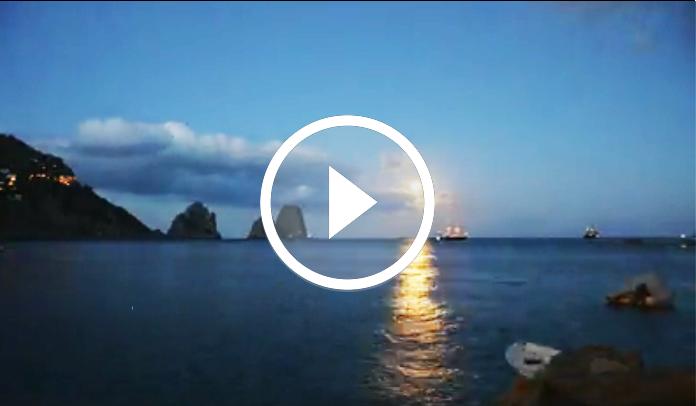 Capri. Lo straordinario Timelapse dei Faraglioni con il sorgere della luna di Costantino Esposito
