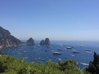 """Capri. Un """"Mare di Barche"""" ancorate nella baia di Marina Piccola (VIDEO)"""