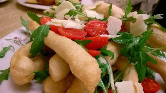 Straccetti di Pizza Fritta alla Caprese con pomodori, fiordilatte e caciotta di Sorrento
