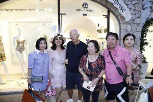 Vip a Capri. Giorgio Armani circondato dai turisti indonesiani si concede ad una foto di gruppo
