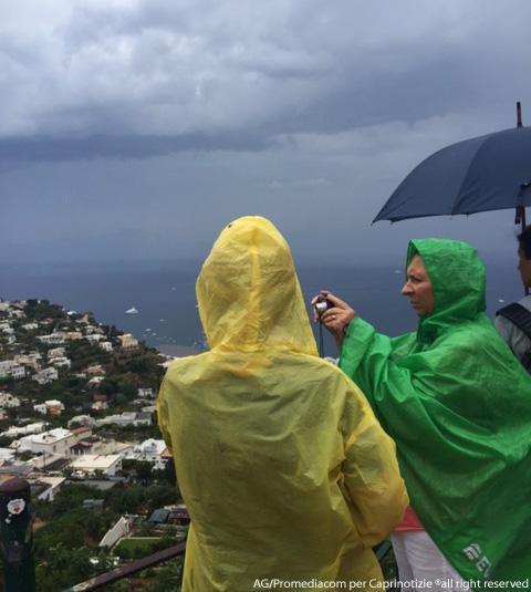 Capri. Piove dopo mesi di siccità, temporali in corso e piccola tromba d'Aria al largo di Marina Grande (VIDEO)