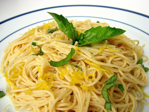 Gli Spaghetti al Limone, da Capri la ricetta semplice e gustosa! (VIDEO RICETTA)