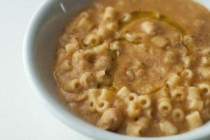La pasta con chichierchie salsiccia, pancetta e finocchietto di Capri, ricetta veloce