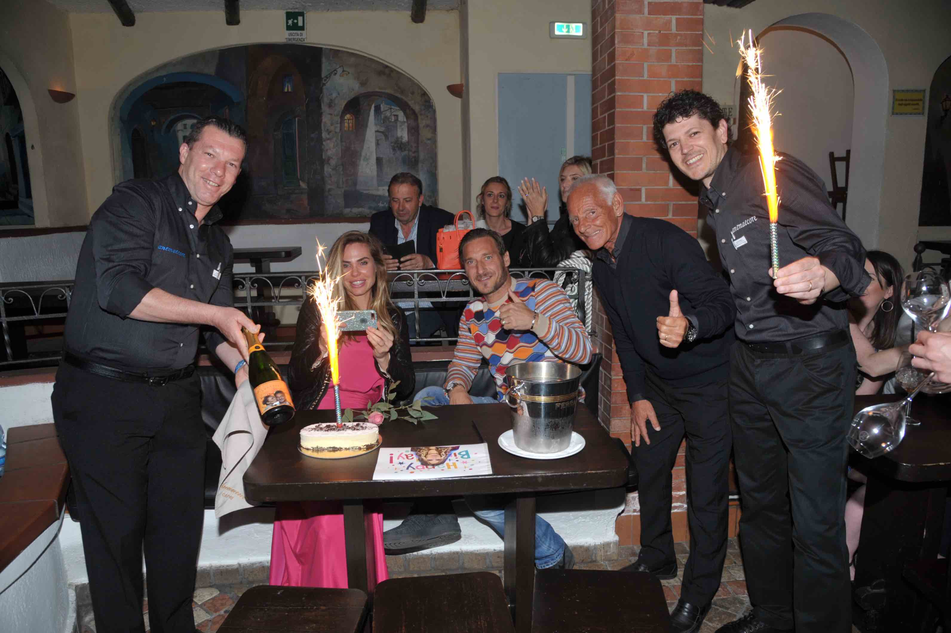 Vip a Capri: Torta di Compleanno per Ilary Blasi in compagnia del marito Francesco Totti alla Taverna Anema e Core
