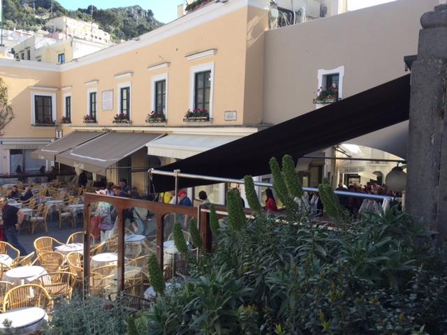 Life in Capri: La Domenica Mattina in Piazzetta ( Video)