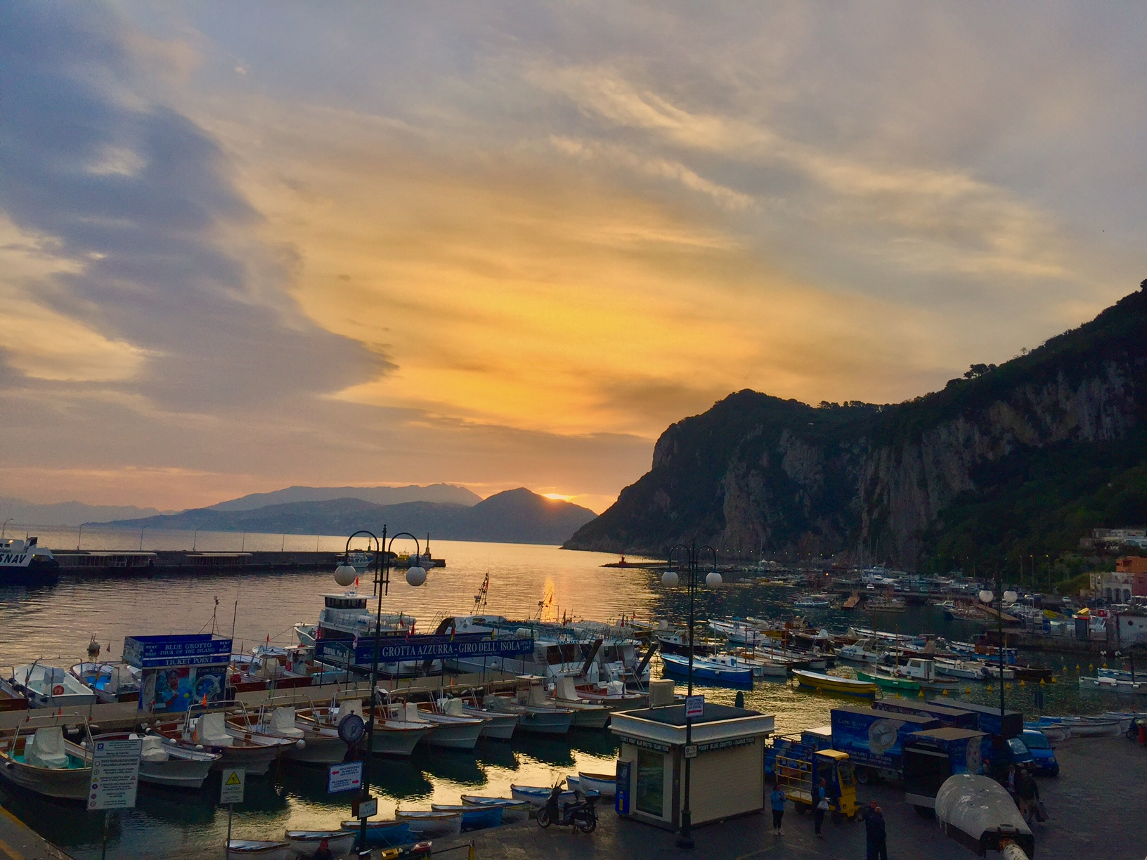 Capri. L'alba del Porto, la Foto Spettacolo