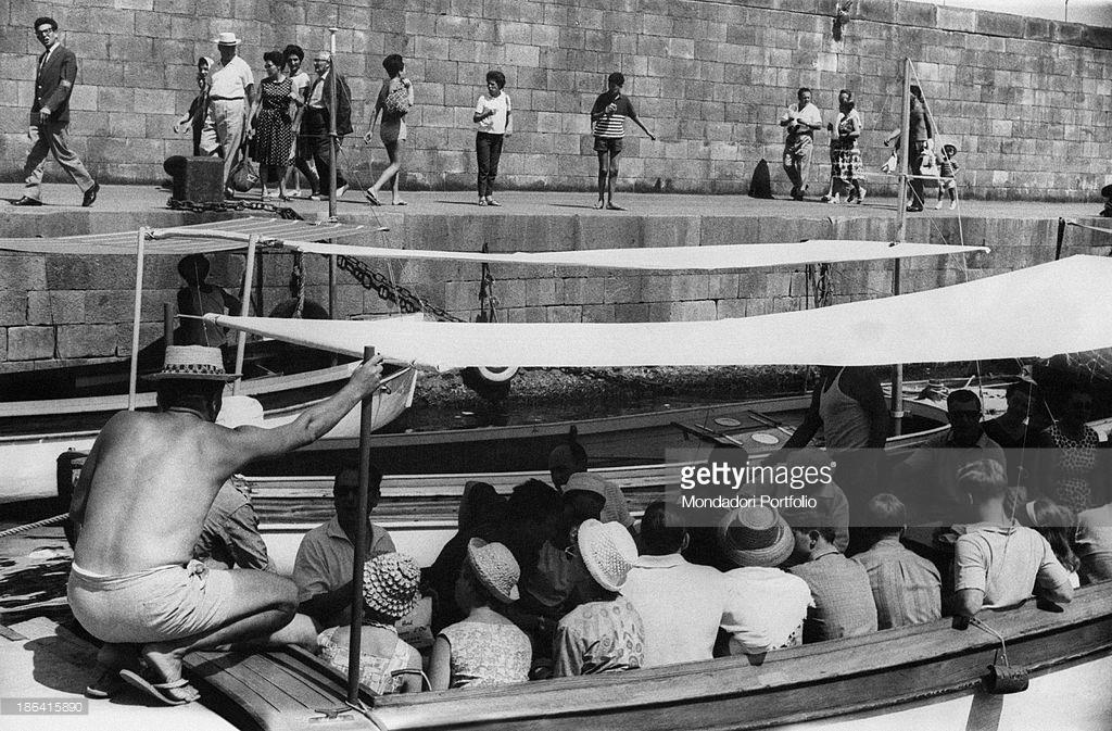 Capri 1962:  Turisti in Paglietta Attendono di Salpare per il Giro dell' Isola (FOTO)