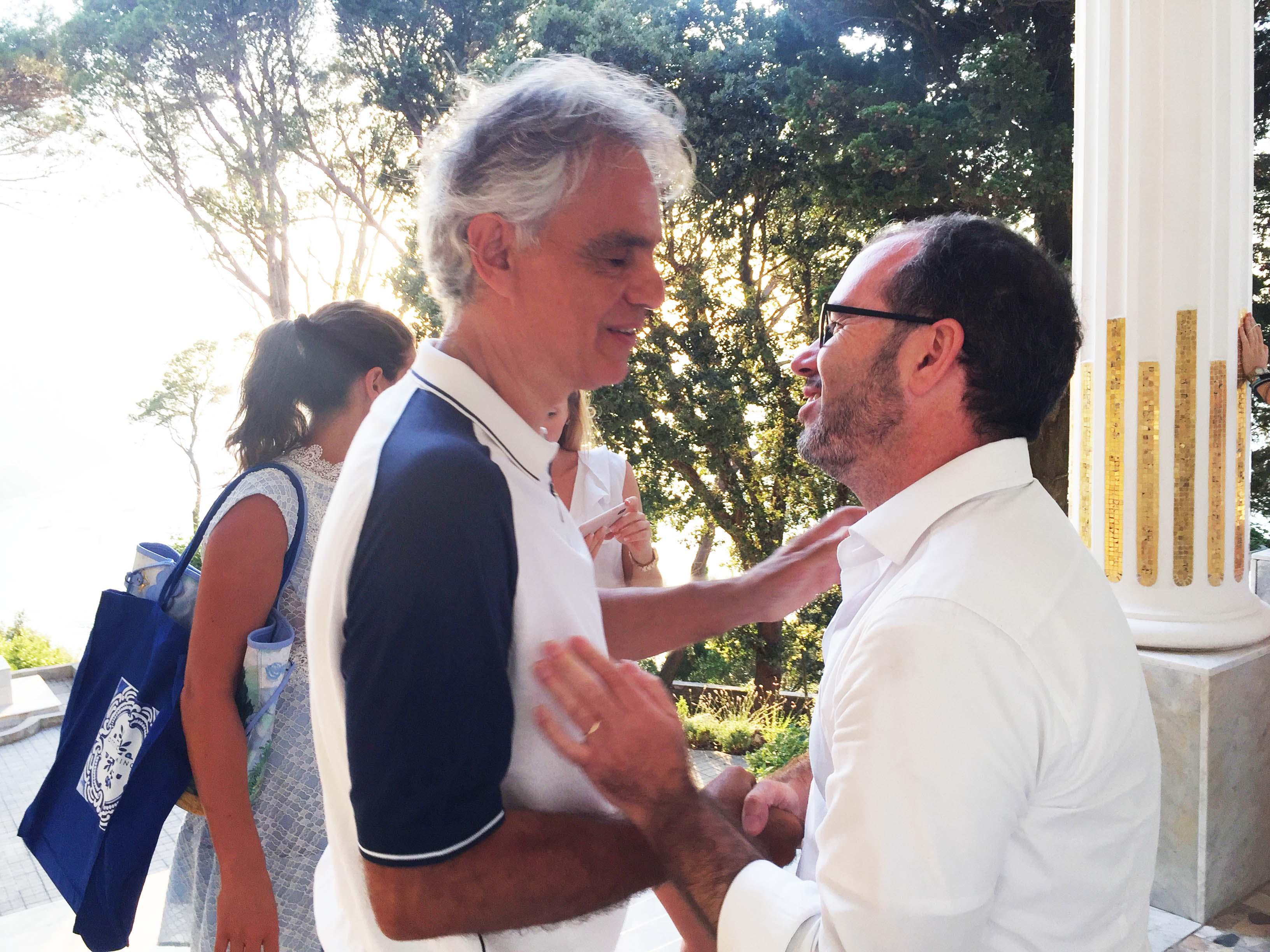 """Capri. Andrea Bocelli incontra lo scrittore Amedeo Bagnasco che gli dona il Libro """"La Scatola dei Segreti – Anacapri nei tuoi occhi"""""""