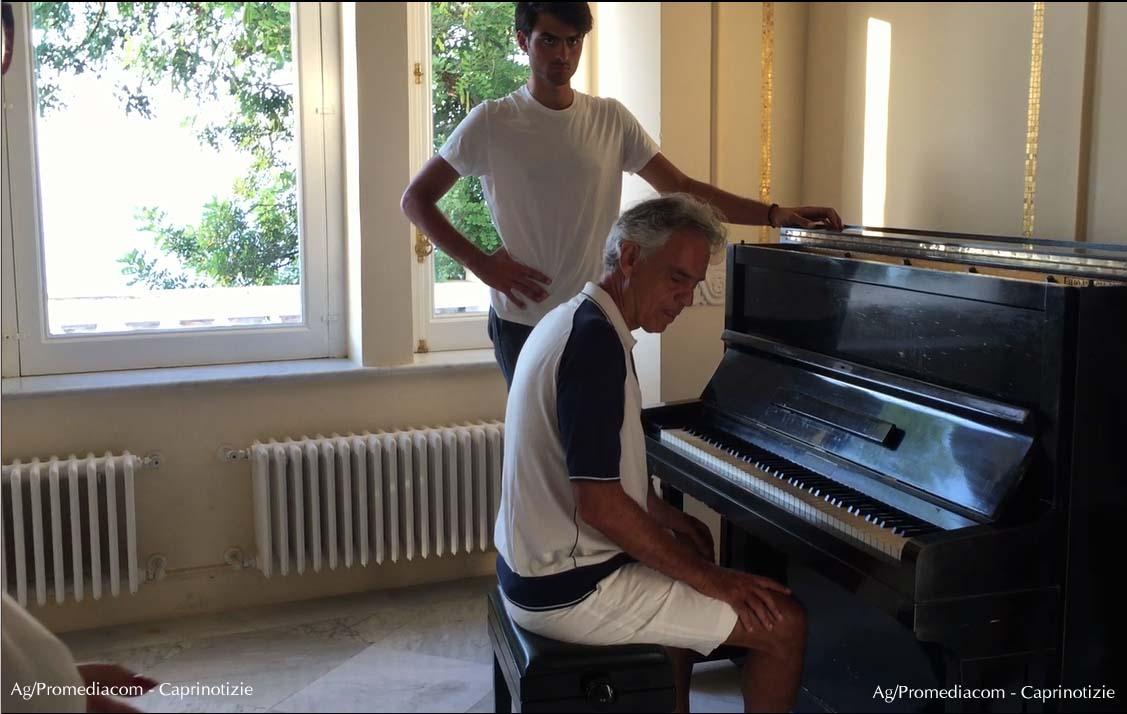 Capri. Andrea Bocelli visita Villa Lysis e non resiste al Pianoforte, ecco cosa accade ( VIDEO)