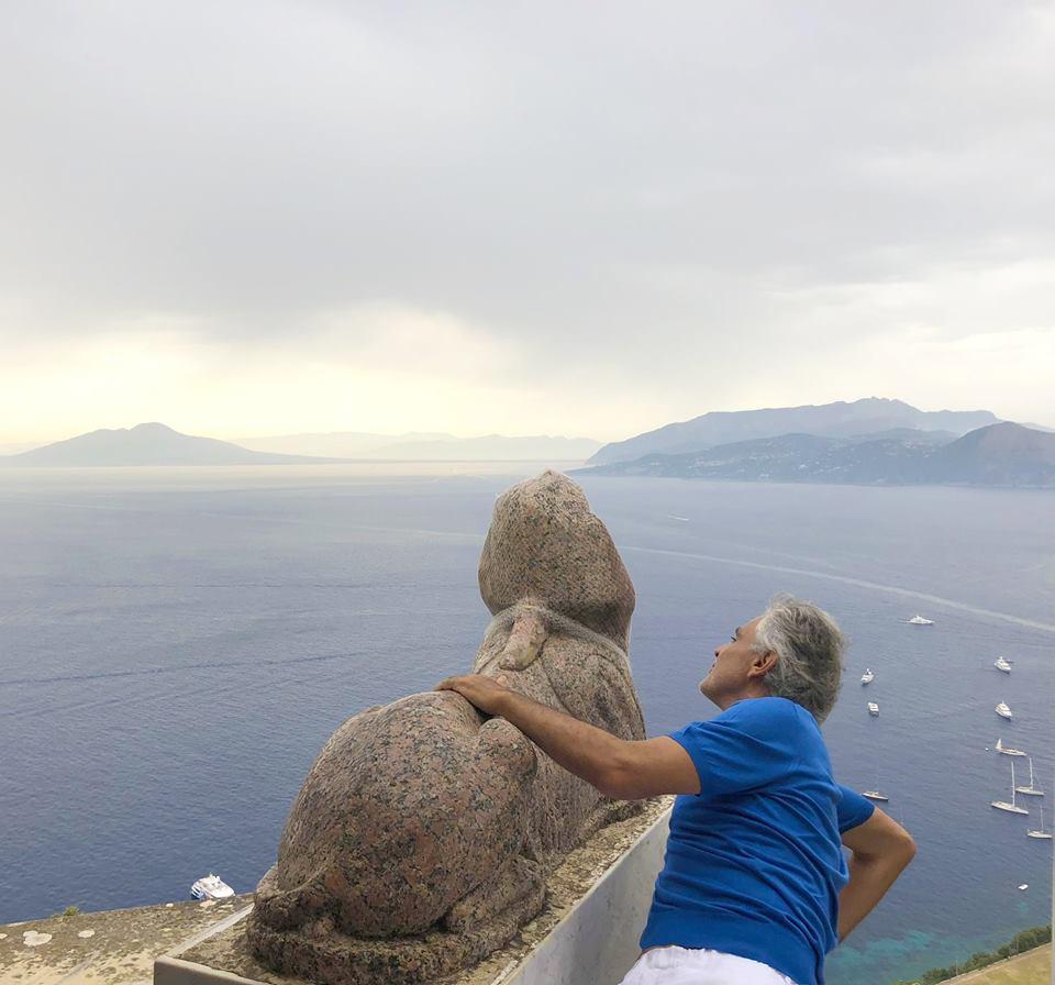 """Vip a Capri: Andrea Bocelli estasiato da Villa San Michele """"Axel Munthe, sembrava guidarci, tra i suoi tesori"""""""