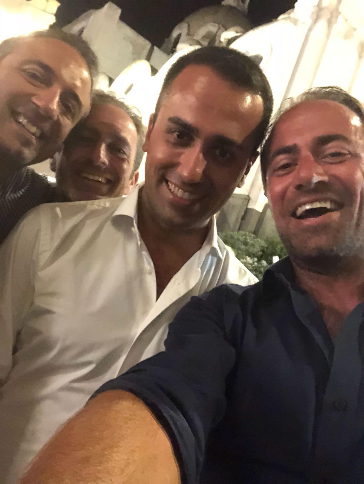 Di Maio a Capri, Selfie in Piazzetta e Cena con gli amici di sempre (FOTO)