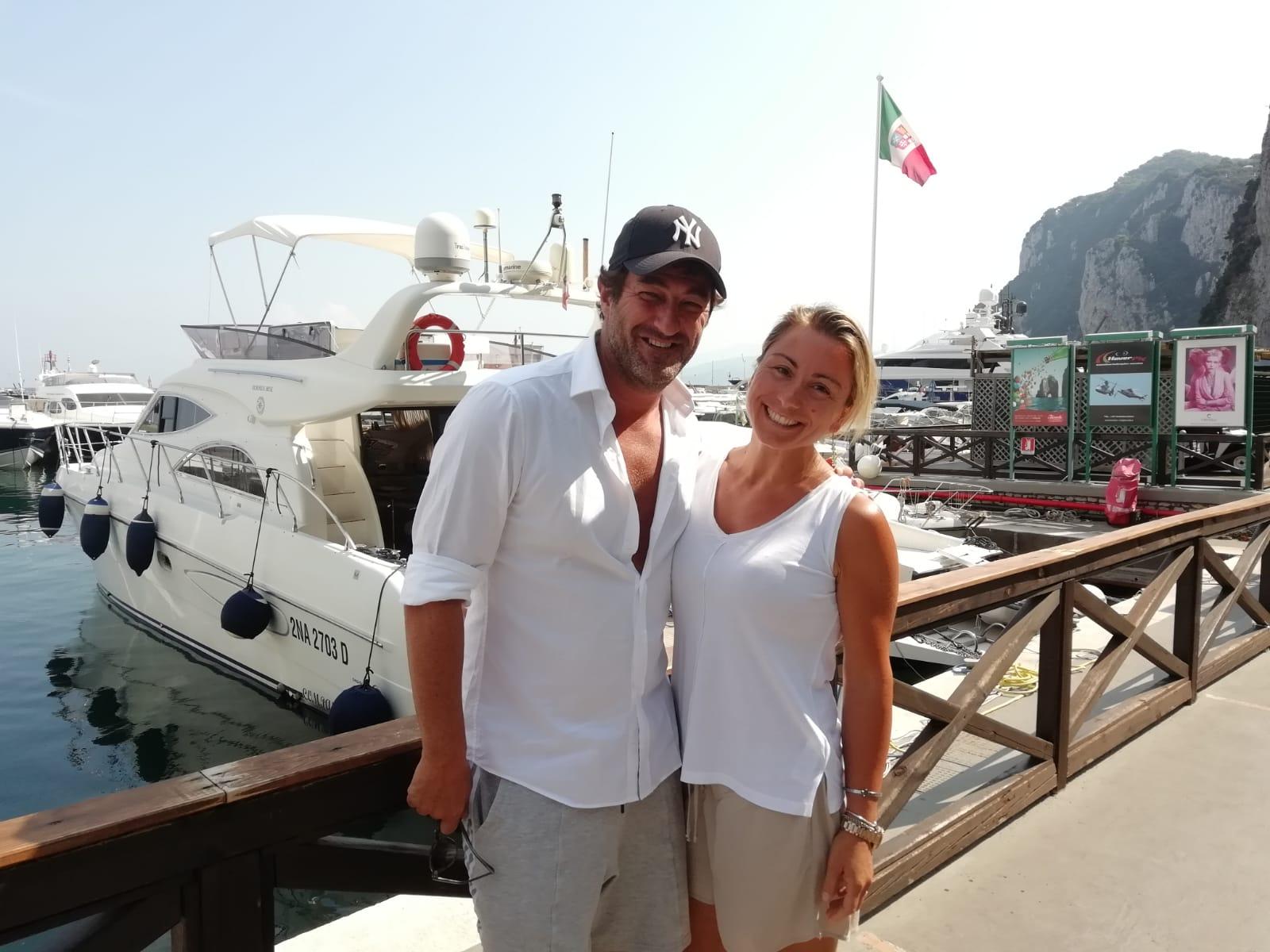 Ciro Ferrara in Vacanza a Capri, La foto con lo staff del Porto Turistico di Capri