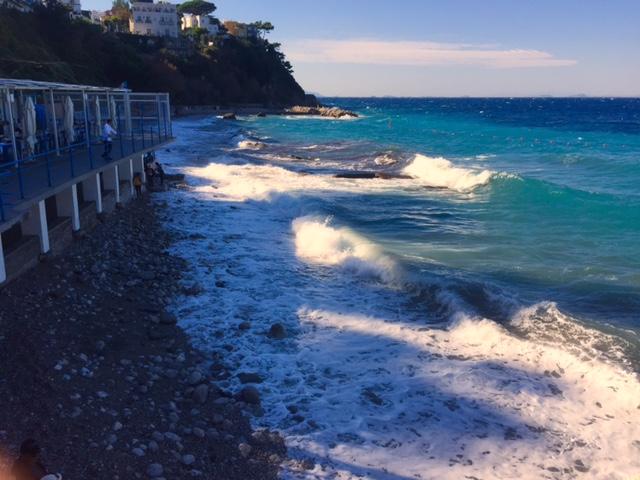 Capri. Lo spettacolo delle Onde a Marina Grande nella FOTO DI OGGI
