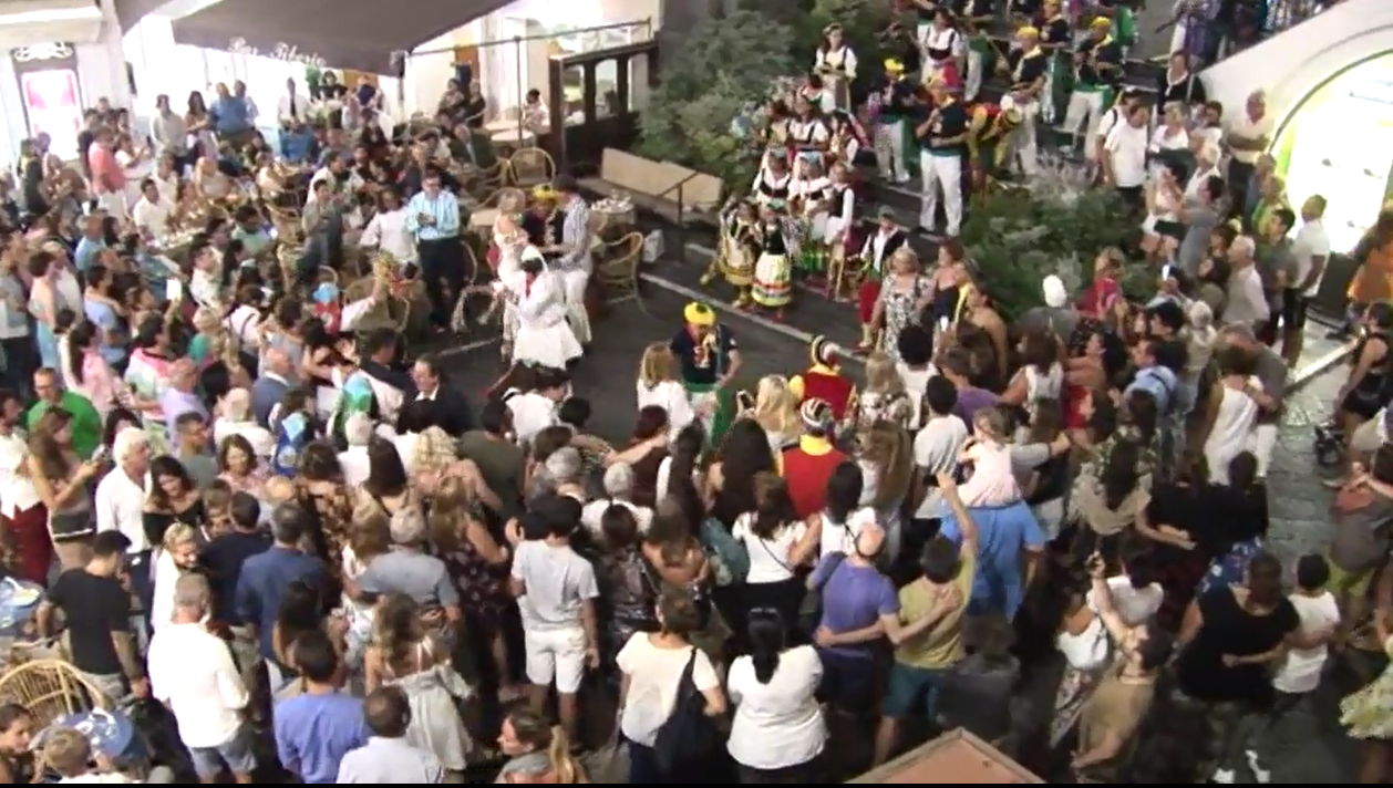 """Capri. L'esibizione del Gruppo Folkloristico """"La Bella Capri"""" nella Piazzetta di Capri (VIDEO)"""