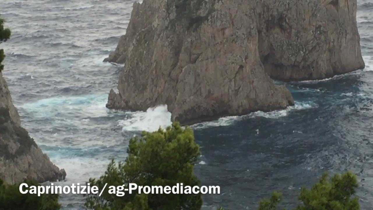 Capri spazzata dallo Scirocco, collegamenti marittimi a singhiozzo (VIDEO)