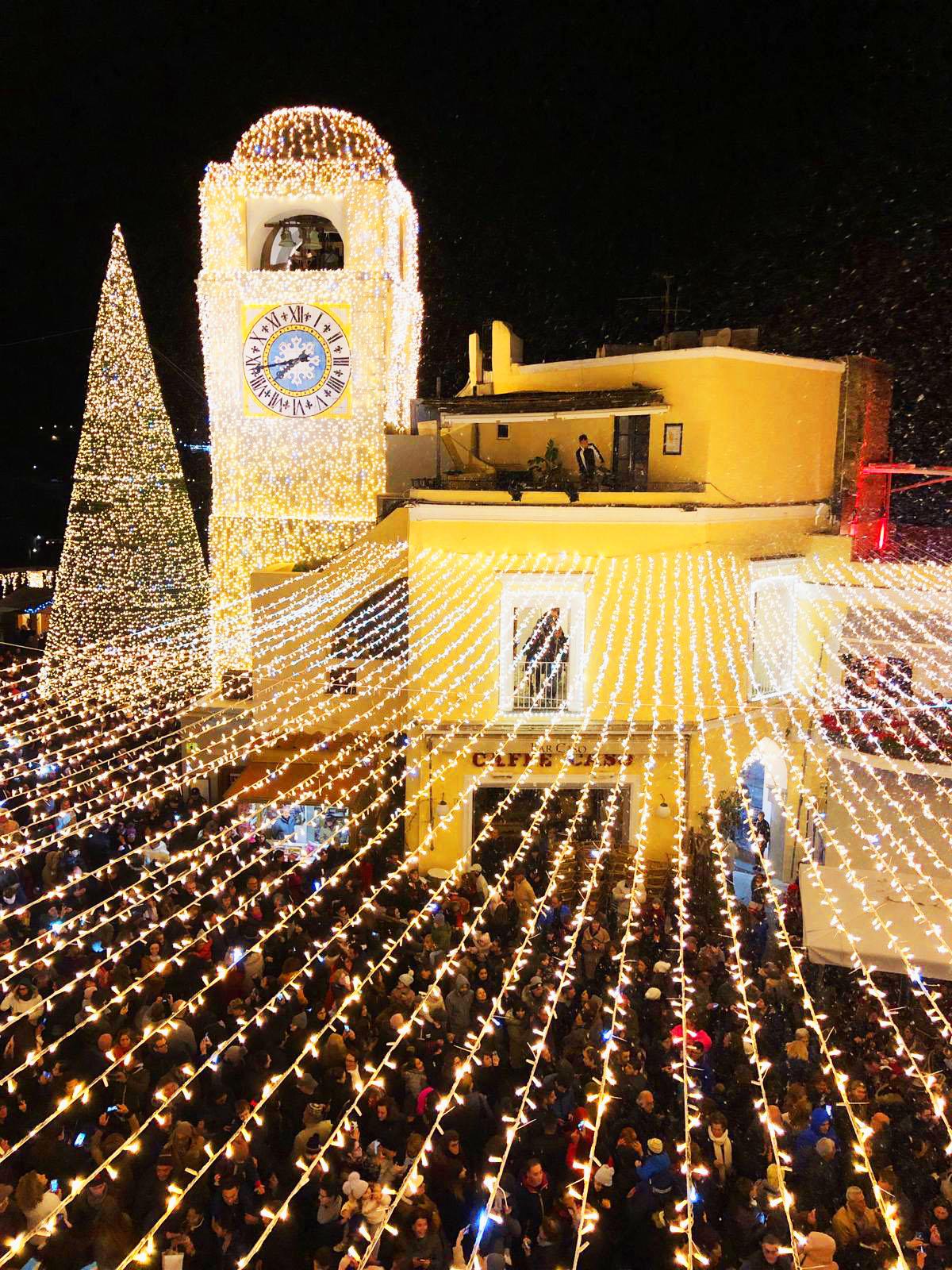 Natale a Capri. Luci e Neve in Piazzetta ed é subito uno Spettacolo Straordinario (FOTO e VIDEO)