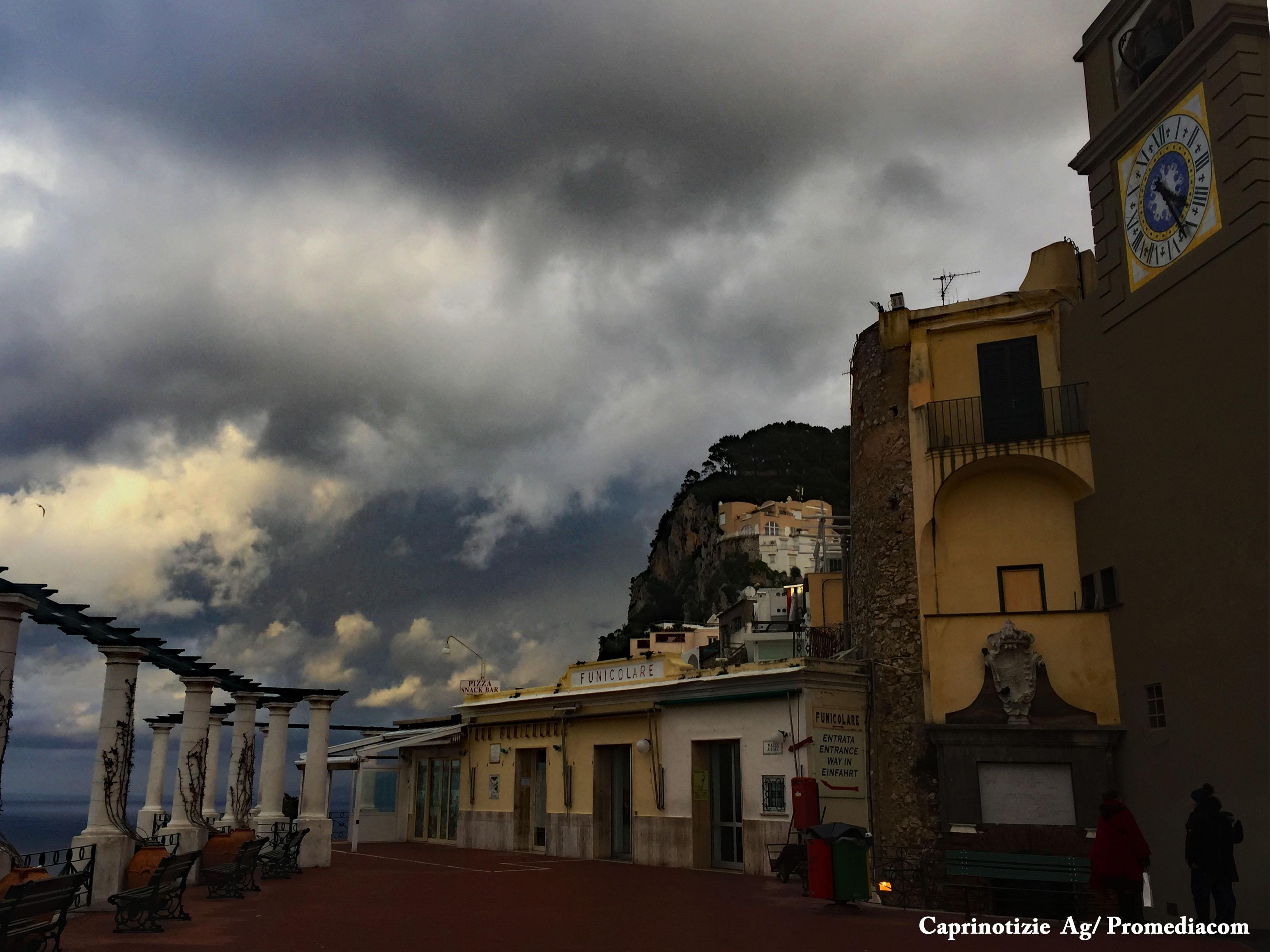 Capri. Il Fascino della Piazzetta della Funicolare abbracciata dalle Nuvole