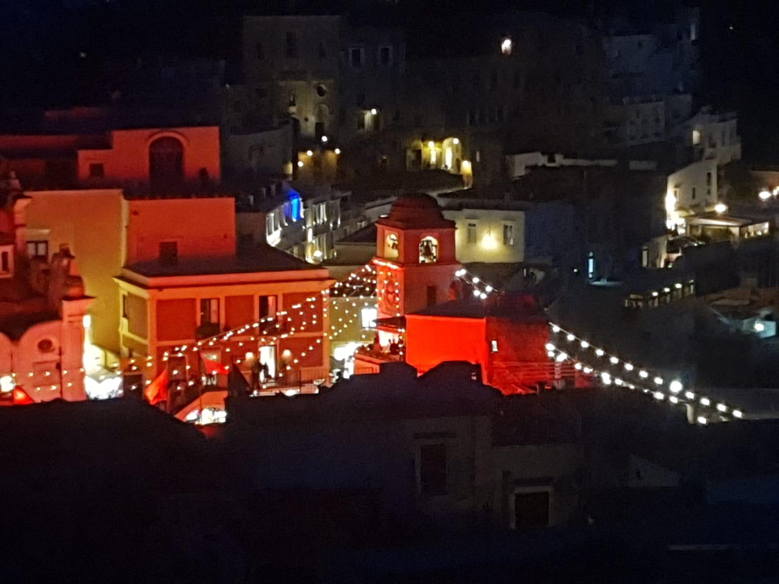 """Capri. La Piazzetta di Capri in """" Rosso Ferrari"""" le foto sono uno spettacolo!"""