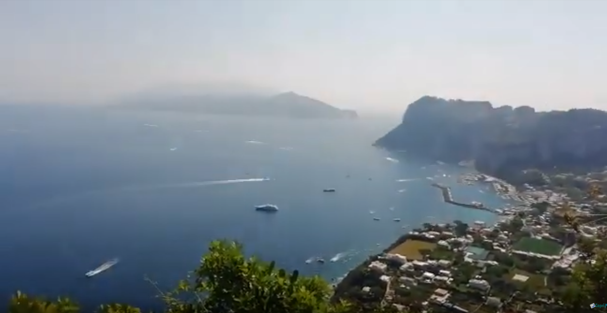 """Capri. """"Scendendo da Anacapri"""" lo Spettacolare Panorama durante una Passeggiata estiva"""
