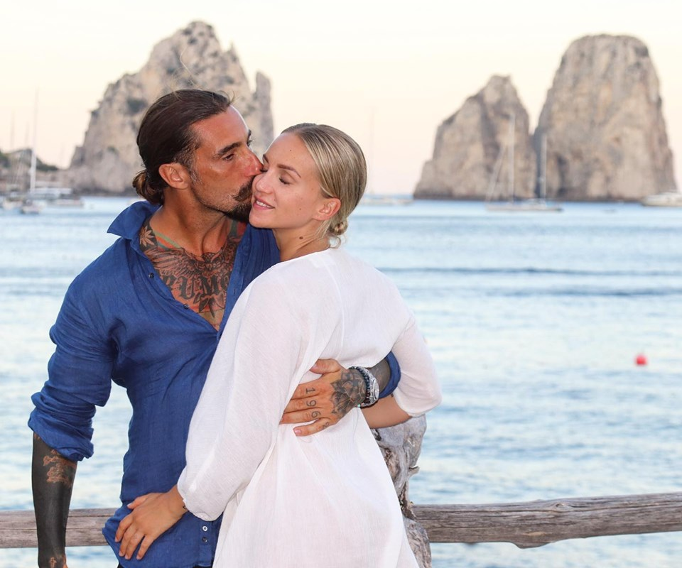 Vacanza a Capri per Vittorio Brumotti Immortalato a raccogliere buste in mare al largo dei Faraglioni