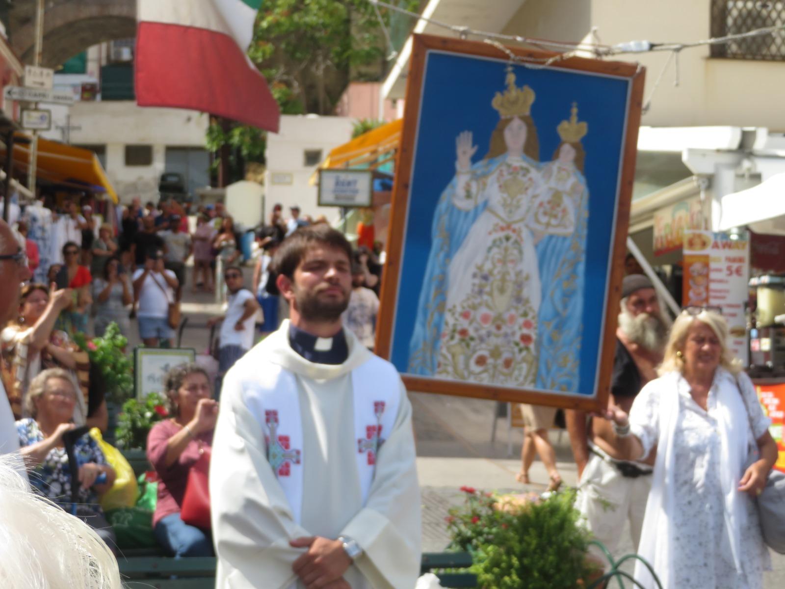 Capri. Il tradizionale innalzamento del Quadro della Madonna della Libera nel borgo marinaro di Marina Grande
