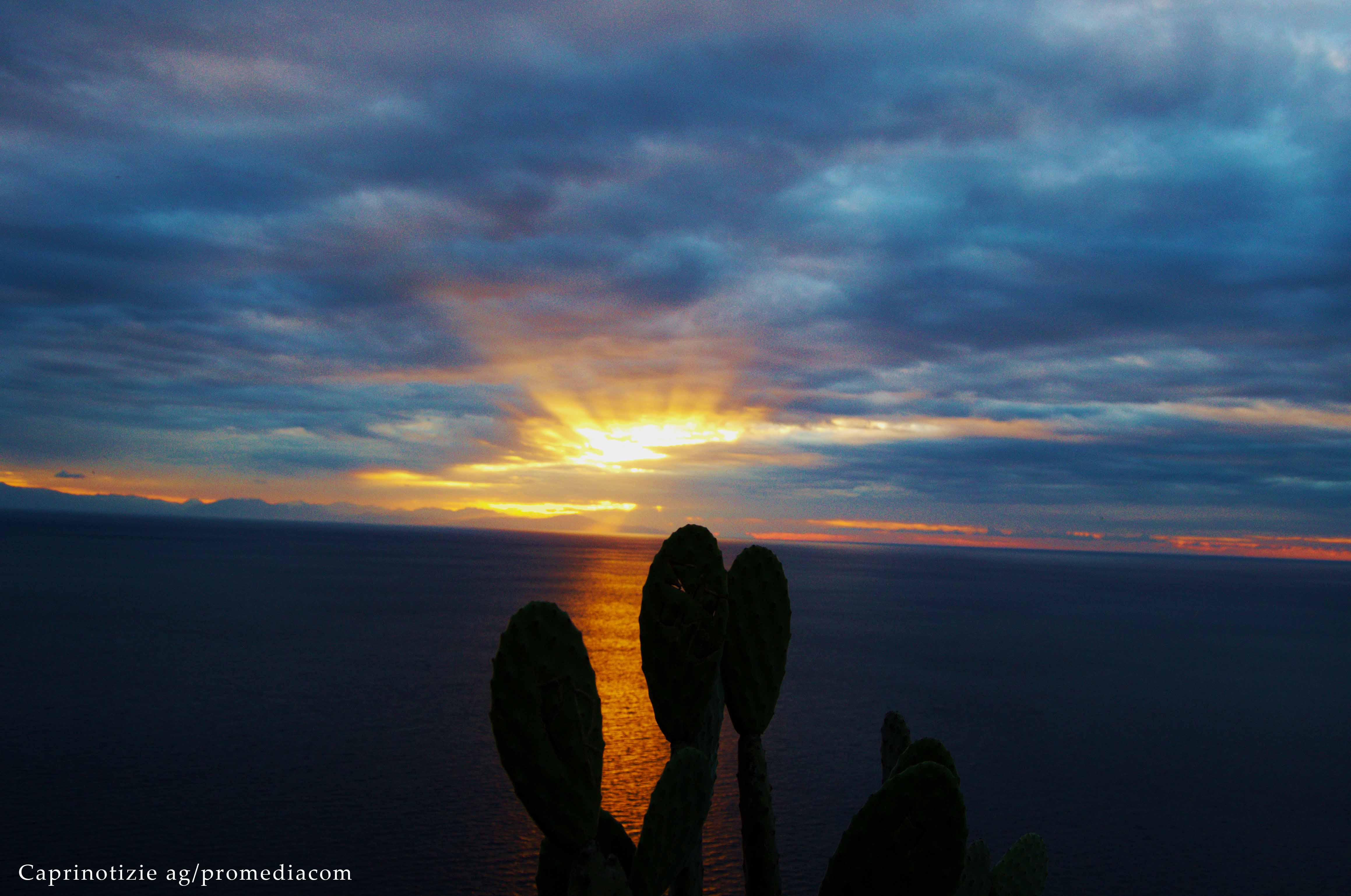 Lo Spettacolo del Tramonto a Capri ( LA FOTO DI OGGI)